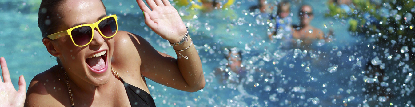 Una mujer disfruta en una piscina de Freedom Pools Center