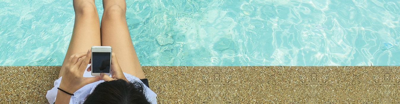 Una niña disfruta jugando en el agua